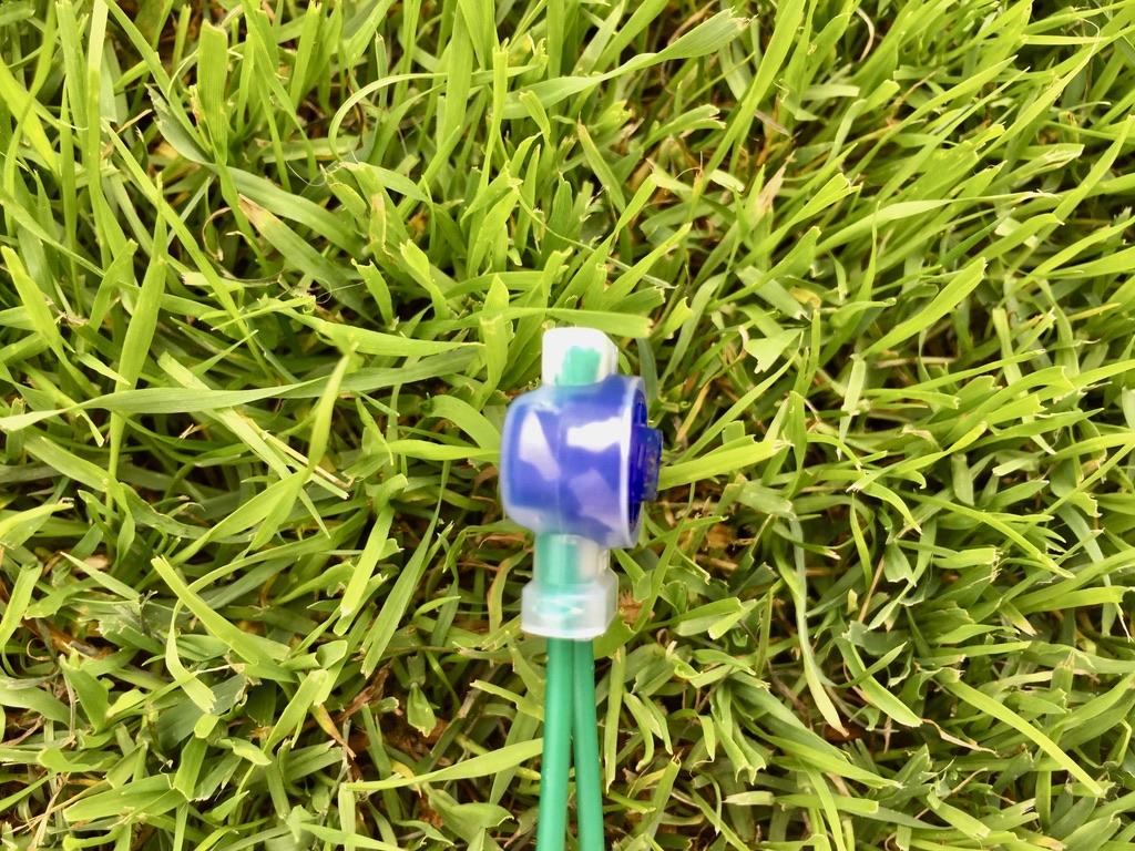 En korrekt skarv med skarvdon som används för begränsningsslingan för robotgräsklippare.