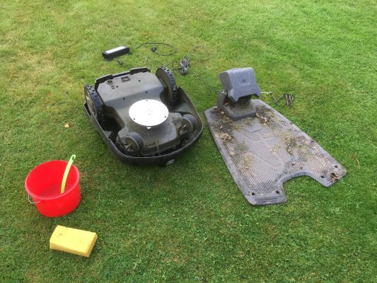 Rengöring inför vintern av robotgräsklippare